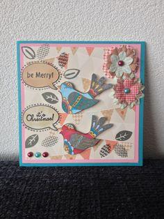 Zelfgemaakte kerstkaart met ingekleurde vogelstempel met tekstjes, mooi papier met bijpassende bloemetjes