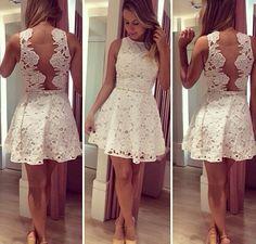 Vestido de renda branco com as detalhe nas costas.