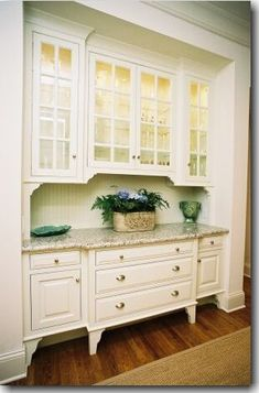 Butler's pantry: Could store china and glassware here - love the idea as a connector between the kitchen and formal dining room. Description from pinterest.com. I searched for this on bing.com/images