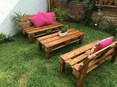 Decoration with wooden pallets - Jardin Vertical Fachada Pallet Lounge, Diy Pallet Sofa, Wooden Pallet Projects, Pallet Crafts, Pallet Bar, Pallet Furniture Designs, Wooden Pallet Furniture, Wooden Pallets, Wooden Diy