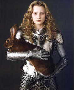 En la escena más importante de la película ella luce una armadura medieval con falda que la muestra por fin como heroina.
