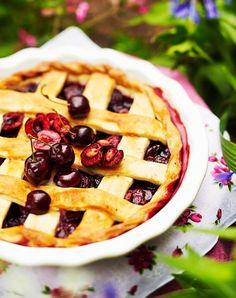 Ihana tuoreista kirsikoista valmistettu kirsikkapiirakka on parhaimmillaan jäätelön kanssa, hieman jäähtyneenä.