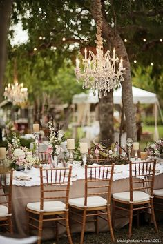 Add a touch of elegance and help illuminate your garden wedding with chandeliers.  Y los chandeliers no solo ayudan a iluminar los jardines para bodas de noche, también agregan ese toque de elegancia sobre las mesas. Fotografiado por anahiphotoart.