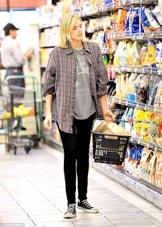 Dressed down Agyness Deyn keeps husband Giovanni Ribisi close by wearing his favourite look. Casual Street Style, Street Style Women, Agnes Deyn, Tomboy Look, Check Shirt, Grunge Fashion, Everyday Look, Ripped Jeans, Fashion Outfits