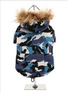 A military style camouflage parka. The hood is trimmed with faux fur, while there is a pocket on the back for those all important treats. The drawstring finishing at the hem can be used to have the perfect fit. To make it easy to take on and off, the underside is fastened with three pop-on pop-off buttons. The cosy fleece lining will keep your dog snug. Just the thing for you weekend warrior!