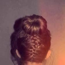 Vous aimer que vos cheveux soi attacher, un peu d'originnaliter et vou avez le style pour toute la journée !!! :) coiffure pour cheveux long ou mi long