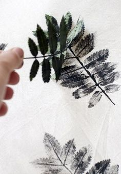 DIY: Patterned pillows with sheets .DIY: Patterned pillows with sheets MoreLeaf stamp Kids Crafts, Diy And Crafts, Craft Projects, Arts And Crafts, Idee Diy, Fabric Painting, Leaf Prints, Diy Art, Printing On Fabric