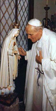 São João Paulo II agradecendo à Nossa Senhora de Fátima pela sua intervenção no atentado contra sua vida em 13 de maio de 1981.