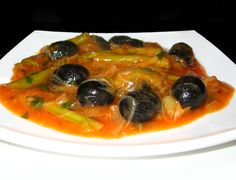 Mancare de praz cu masline - leek and black olives stew My Recipes, Vegan Recipes, Cooking Recipes, Vegan Food, Romanian Food, Romanian Recipes, Freezer Meals, Easy Meals, Tasty