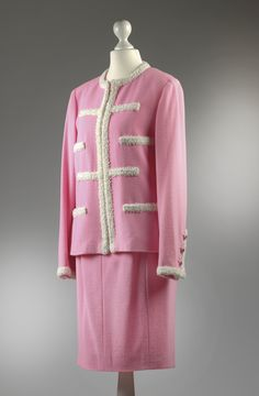 Chanel Auktion Lot 129: Chanel Kostüm, 1990er Jahre, Größe ca. 38 cm. Mehr Informationen auf der Website.