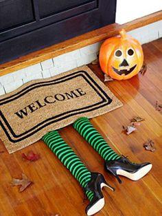 Felpudo de la bruja del Este (El Mago de Oz) | Más ideas de decoración casera para #Halloween ►http://trucosyastucias.com/decorar-reciclando/decoracion-halloween-casera #DIY