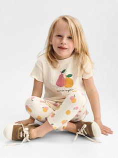Round neck T-shirt with short sleeves and ruffly trim. Zara Kids, Hippie Baby, Kids Inspire, Zara Baby, Oversized Blouse, Girl Inspiration, Baby Prints, Baby Wearing, Kids Outfits