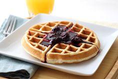 """La prima ricetta """"certificata"""" delle gaufre, o meglio, degli waffle, risale al 1725 ed è scritta in un ricettario di corte: è la prima volta che il termine waffle arriva ufficialmente oltremanica direttamente dai Paesi Bassi, e descrive un biscotto morbido dalla forma di un favo di miele."""