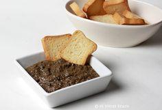 Paté de aceitunas negras, olivada o tapenade: lo mismo que poner una tapa de olivas, pero más cool! http://eltercerbrazo.com/pate-de-aceitunas-negras/