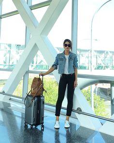 """Camila Coelho no Instagram: """"Casual travel look! (Black, white & denim) #ootd #travel -------- E o aerolook foi bem casual, claro! Adoro PB e jeans - com tênis então! Haha"""""""