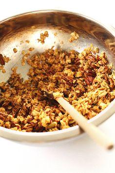 HEALTHY, naturally sweetend pumpkin granola with pecans, pumpkin seeds, and pumpkin puree! #vegan #glutenfree