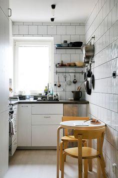 35 Brilliant Small Apartment Kitchen Ideas When doing a small kitchen design for an apartment, either a corridor kitchen design or a line layout design will […] Modern Farmhouse Kitchens, Home Kitchens, Kitchen Sets, Kitchen Decor, Mini Kitchen, Small Kitchen With Table, Compact Kitchen, Rustic Kitchen, Mini Sala