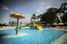 Piscina para niños con juegos interactivos Playgrounds, Cosplay, Outdoor Decor, Ideas, Kiddy Pool, Water Slides, Kids Swimming Pools, Beach Hotels, Parks