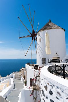 Santorini -Carlos Greek Island Holidays, Places In Greece, Greece Holiday, Architecture Images, Greek Isles, Seaside Resort, Santorini Greece, Le Moulin, Travel Images