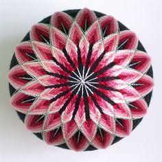 Temari bal - deze schitterende ballen uit Japan, waar ze traditioneel door moeders voor hun kinderen gemaakt worden. Ze hebben de meest schitterende patronen.