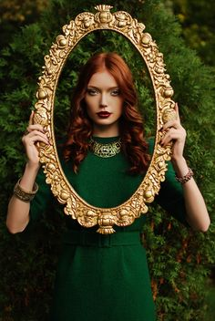 vintage style fashion, red hair, dark red lipstick and gold barroco frame. Verde Jade, Foto Fashion, Green Fashion, Style Fashion, Shades Of Green, My Favorite Color, Green Colors, Red Colour, Redheads