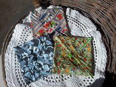 porta guardanapo de papel em tecido de algodão, diversas cores e estampas. Além de decorativo , mantem os guardanapos protegidos do vento. R$10,00