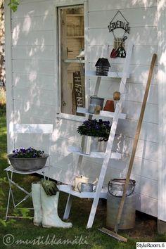 piha,puutarha,kukkia,tikkaat,hylly,säilytys,kesäkeittiö,ulkotilat,maalaisromanttinen,maalaisromanttinen sisustus