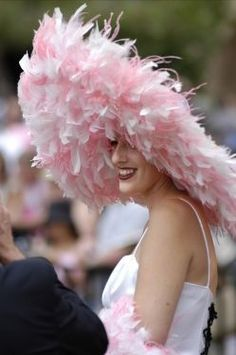 Beautiful hat for the Kentucky Derby. Pink Love, Pretty In Pink, Look Rose, Rosa Pink, Ascot Hats, Fancy Hats, Big Hats, Crazy Hats, Fru Fru