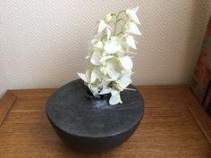 Vase sobre et épuré en céramique terre ploie et enfumée : Imprimés par meltingpot
