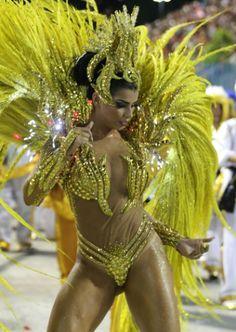 """14.jun.2016 - A modelo Bianca Leão, que foi rainha de bateria da escola de samba União da Ilha neste ano e descobriu que estava grávida após o Carnaval, anunciou em uma rede social que não participará dessa que é a maior festa brasileira. """"Venho aqui dizer que me despeço do Carnaval, me despeço desse mundo tão encantador que só quem passa por ele sabe o quanto é difícil sair"""", escreveu a musa. """"Pensei bastante e abri mão, pelo motivo que poucos sabem, que meu maior sonho era ser mãe. Hoje…"""