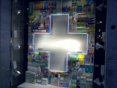 Genial escaparate de Farmacia Arenal, en el Centro de Madrid. Click www.pinterest.com/instorevoyage to find thousands of in-store marketing and visual merchandising pins