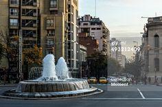 Córdoba, Argentina - 28 de abril 2014: Fuente de agua danzantes llamados 'perdón' por la ubicación que se le asigna en la intersección de las calles San Juan Boulevard, Avenida Vélez Sarsfield y la ciudad de Córdoba, Argentina.
