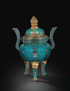 Grand brûle-parfum couvert en bronze doré et émaux cloisonnés <br>Chine, dynastie Qing, époque Qianlong (1736-1795) | lot | Sotheby's