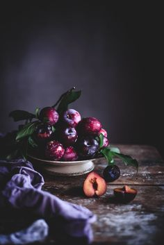 Clafoutis de ameixa e rosa // Plum rose clafoutis Coco e Baunilha food design Food Design, Coco, Photo Fruit, Dark Food Photography, Life Photography, Photography Classes, Photography Ideas, Fruit And Veg, Cookies Et Biscuits