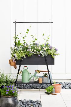 This Modern Farmhouse Plant Stand Belongs in an Episode of 'Fixer Upper' Blumen-Pflanzer-Box-Regale- Modern Planters, Diy Planters, Fixer Upper, Building Planter Boxes, Exterior Wood Stain, Diy Exterior, Long Planter, Railing Planters, Diy Home Decor Rustic