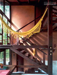 No patamar da escada, entre a sala e o quarto do casal, pausa para um descanso na rede. Projeto de André Guidotti.