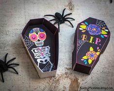Halloween Bags, Theme Halloween, Halloween Door, Halloween Projects, Halloween Decorations, Halloween Printable, Halloween 2016, Day Of Dead, Day Of The Dead Party