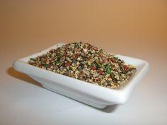 Majunga-Pfeffer bunt geschrotet  Eine exotische Gewürzmischung mit rassiger Schärfe und einem besonderen pikanten Geschmack. Gibt Ihren Steaks, Gulasch, Suppen, Soßen, allen Braten und Eintropfgerichten eine delikate Note. Das ideale Gewürz für alle Salate, Salatsoßen und Käse. Zum Würzen von Steaks, Fisch und Geflügel.  Zutaten: Pfeffer (schwarz, weiß), Paprika, Zwiebeln, Liebstöckel, Kerbel, Petersilie, Estragon.  3,80 €