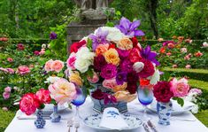 Bright centerpiece, blue and white - Carolyne Roehm