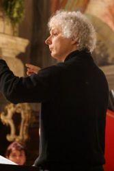 Andrea Riderelli, muzician complex care îmbină în activitatea sa mai multe ipostaze - dirijor, compozitor, inginer de sunet, profesor, fondator de formaţii muzicale - cu o carieră construită în principal în Italia şi România, va dirija Orchestra de Cameră Radio în concertul programat miercuri, 13 martie (19.00). Toate lucrările din acest concert sunt în primă audiţie românescă.