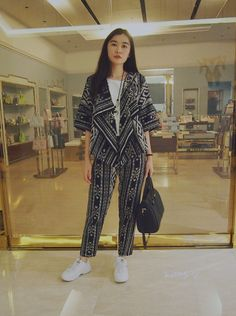 Outer Batik, Navy Necklace, Jakarta Fashion Week, Chic Outfits, Fashion Outfits, Kurta Neck Design, Batik Fashion, Casual Hijab Outfit, Batik Dress