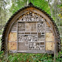 10 tips for a bee paradise in your own garden- Insect hotel wooden bee hotel Source by karindispenza - Bug Hotel, Mason Bees, Bee House, Garden Insects, House In The Woods, Garden Inspiration, Organic Gardening, Gardening Tips, Garden Design