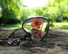 Aprende cómo encapsular flores deshidratadas y hacer joyería ~ Haz Manualidades Gemstone Rings, Jewelry Making, Gemstones, Resins, Hobbies, Crafty, Alphabet, Resin Jewelry, Epoxy