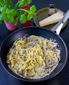 Krämig och underbart god pasta med champinjonsås, serveras med parmesanost och ruccola. Åh så läckert! Att man enkelt slänger ihop rätten gör inte saken sämre. Lyxigt, gott och enkelt! 6 portioner 500 g färska champinjoner 5 dl grädde (valfri fetthalt, gärna vispgrädde) 2 dl mjölk 1 schalottenlök eller liten lök 3 vitlöksklyftor 2 msk vetemjöl Ca 1-2 msk soja 1 tsk dijonsenap (kan uteslutas) Ca 1 dl finhackad persilja Salt & svartpeppar Smör och olja till stekning Servering: 600 g pasta (...