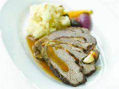 Lammasta syödään Suomessa erityisesti keväällä pääsiäisen aikaan. Valmista siis helppo lampaanpaisti pääsiäispöydän kruunuksi. Liha kannattaa laittaa marinadiin hyvissä ajoin ennen kypsennystä. Steak, Pork, Kitchen, Kale Stir Fry, Cooking, Kitchens, Steaks, Cuisine, Pork Chops