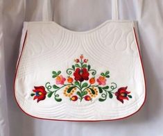 Kézi hímzéssel készített matyó mintás táska a Hagyományőrző bolt kínálatában. Hungarian Embroidery, Hungary, Folk Art, Felt, App, Wood, Cute, Dress, Design
