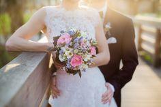 Frühlingshafter Brautstrauss in rosa, weiß und blau