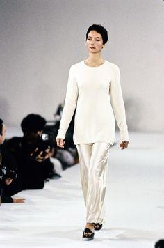 Calvin Klein Collection Spring 1994 Ready-to-Wear Fashion Show White Fashion, 90s Fashion, Fashion Show, Vintage Fashion, Runway Fashion, Calvin Klein Collection, Fashion Pictures, Timeless Fashion, Ready To Wear