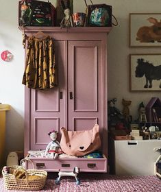 Girl's bedroom with pink wardrobe and rug Armoire Rose, Pink Cabinets, Nursery Decor, Bedroom Decor, Bedroom Storage, Girl Nursery, Nursery Ideas, Design Bedroom, Bedroom Lighting