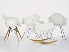 Same same, but different. Thanks to a variety of different bases, you will find a Plastic Chair for every occassion.